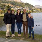 Una famiglia felice visitando Sankt Moritz